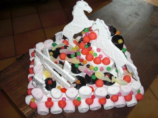 gâteau de bonbons sur présentoir thème chevaux