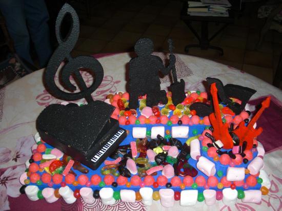 gâteau de bonbons sur présentoir thème musique