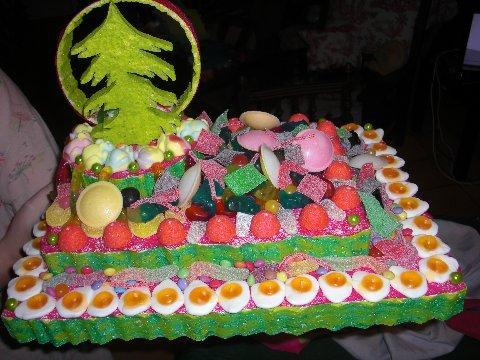 gâteau de bonbons sur présentoir thème Noël