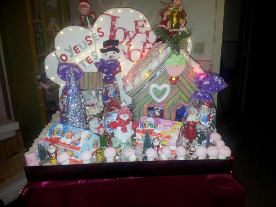 gâteau de bonbons sur présentoir Maison de Noël